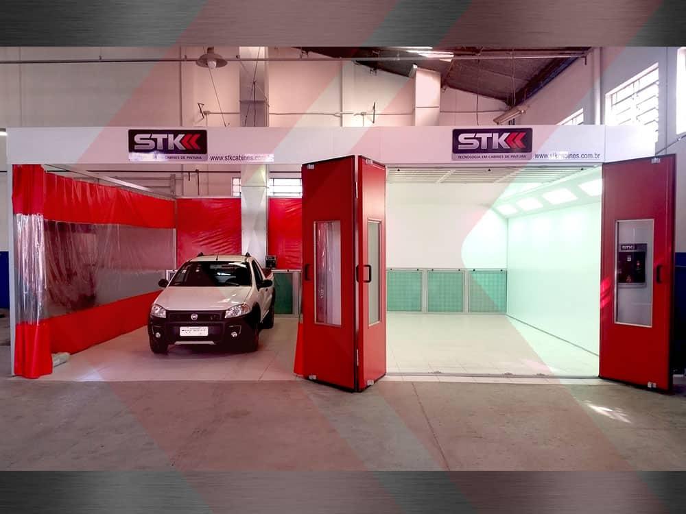 área de preparação com cabine de pintura automotiva ao lado